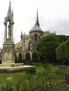 """Notre Dame et la Fontaine de la Vierge. Es la parte """"de atrás"""" del edificio y para mi la más bonita. No sé ve, pero el hotel de insectos está """"al fondo a mano izquierda"""" ;)"""