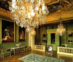 King Louis XIV bedroom at Château de Vaux-le-Vicomte in Maincy, France Louis Xiv, Versailles, Decoration, Art Decor, Chateau Hotel, Paris Opera House, Vaux Le Vicomte, Royal Bedroom, Candle Lamp