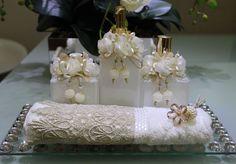 Kit lavabo 3 peças  1 sabonete liquido 250ml  1 difusor 250ml + varetas  1 Home spray 250ml    * não inclui bandeja e toalha de lavabo.