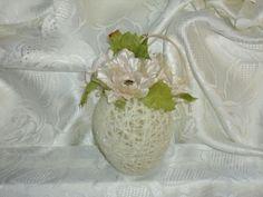 Uovo pasquale: filo di lana con fiori applicati