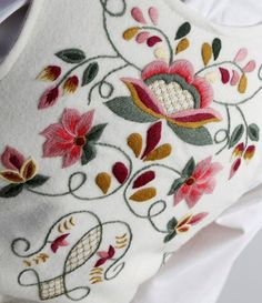Providing information, photos and general knowledge of Norwegian bunad, festdrakts and folkdrakt. Jacobean Embroidery, Basic Embroidery Stitches, Crewel Embroidery, Machine Embroidery, Embroidery Designs, Victorian Fabric Patterns, Frozen Costume, Thread Art, Ribbon Work