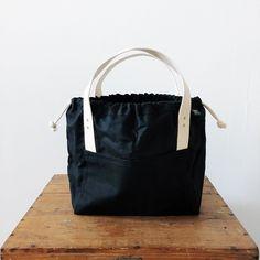 The Town Bag fra Fringe Supply Company er en lekker nykommer i høst, skreddersydd for strikketøy, samtidig som den også gir plass til dine daglige nødvendigheter! Og det med en stilig urban touch! Knitting, Design, Threading, Tricot, Breien, Stricken, Weaving, Knits