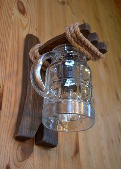 Handgemachte Wandleuchte aus Holz und Bierglas. Ein natürliches Jute-Seil wird verwendet. Die Lampe verwendet eine Edison-Lampe. Das schafft ein weiches, warmes Licht und erlaubt Ihnen, jeden Raum...
