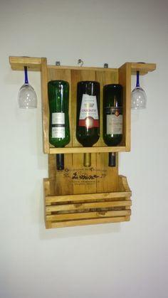 7c74950fc Mini adega para três garrafas com suporte para duas taças e nicho para  rolhas ou outros
