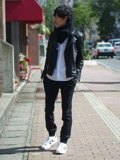 ライダースジャケットに白スニーカー
