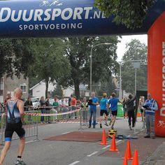 Najaarstriathlon Bodegraven  Op zaterdag 29 augustus wordt de Najaartstriathlon van Bodegraven gehouden. Zon 250 deelnemers waarvan veel leden van Triathlon Team Bodegraven zullen starten op een 1/16 1/8 of  triathlon.  Er wordt 250 500 of 1000 meter gezwommen in het buitenbad van zwembad de Kuil. Vervolgens fietsen de deelnemers 10 20 of 40 km over de N458 (Burg. Kremerweg en noordzijde van de Rijn) tot aan Nieuwerbrug om de wedstrijd af te sluiten met 25 5 of 10 km hardlopen op de Burg…