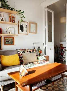 Neat And Cozy Living Room Ideas For Small Apartment 32 If you get a little room, then you will need a notion on decorating small apartments so the little room […] Cozy Living Rooms, Home Living Room, Living Spaces, Small Living, Modern Living, Minimalist Living, Apartment Living, Cozy Apartment, Retro Apartment