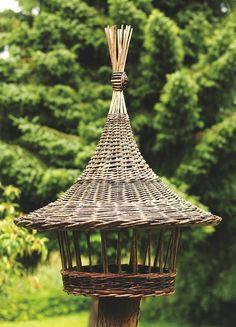 Willow Weaving, Basket Weaving, Bamboo House Design, Garden Bird Feeders, Garden Animals, Newspaper Crafts, Weaving Art, Basket Decoration, Farm Gardens