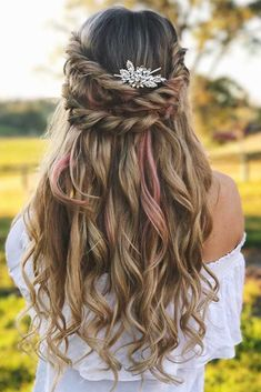 We are in a need of fresh spring hairstyles as the warmer days are right around the corner. The temperature is rising, flowers are blooming, birds are singing, we are wearing fewer items of clothes, and new hair trends start popping up. #hairstyles #longhairstyles #hairstylesforlonghair