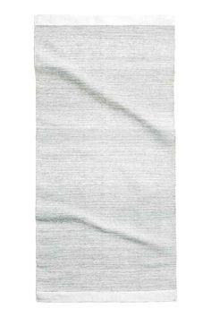 Tapis en coton scintillant: Tapis rectangulaire en coton tissé enrichi de fil scintillant.