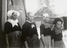 Opknapdracht. Nunspeet, begin 20e eeuw 2 drachten, oude en nieuwe. Hier: oude, verschillende kappen. Vrnl; Evertje Vlijm (1913-): muts met struisvogelveer (poetse tot 15 jaar). Reintje Vlijm (1906-): smal oud Veluwse oorijzer over tipmuts. Marrigje Vlijm-Pap (1882-): bloot breed Kamper oorijzer bij oude dracht met apenbuis (zondags met nieuwe dracht, schootjak en knipmuts). Jentje Lokhorst-Vos: driestrokenmuts zonder oorijzer.   1920-1930 vanAgtmaal #Gelderland #Veluwe #Nunspeet #oudedracht