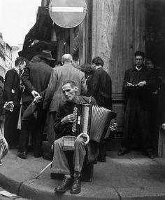 The Accordionist, Rue Mouffetard, Paris, 1951 (Robert Doisneau)