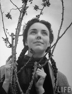 """Jennifer Jones, the actress who won an Academy Award for her luminous performance in the 1943 film """"The Song of Bernadette"""" and who was married to two legendary men — producer David O. Selznick and industrialist and art collector Norton Simon — has died. She was 90."""