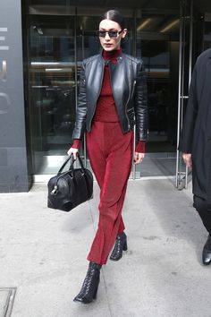 """belshadid: Bella Hadid leaving her apartment in. - belshadid: """"""""Bella Hadid leaving her apartment in East Village on March """" """" Bella Hadid Outfits, Bella Hadid Style, Street Girl, Street Style Looks, Looks Style, Style Invierno, Stylish Outfits, Fashion Outfits, Fashion Hacks"""