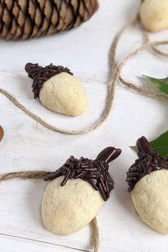 Eichelkekse Rezept - Herbstkekse backen: Eicheln Kekse sind eine tolle Möglichkeit, die Plätzchensaison einzuläuten. Das Herbst Gebäck kann mit einem hellen Plätzchenteig oder mit einem dunklen gebacken werden. Thanksgiving, Cupcakes, Holiday, Desserts, Food, Kid Cooking, Acorn Cookies, Vegan Recipes For Kids, Fall Cookies