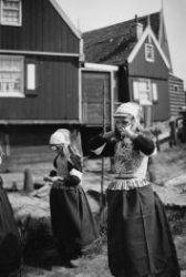 Twee meisjes in Marker klederdracht.
