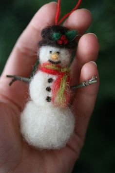 ~Pamela Susan~: Wool Weekend: Needle Felted Acorns DIY Tutorial (snowman in photo is mentioned in tutorial)This Snowman might make an easy first attempt at needle felting.no tutorial but she does have a great tutorial for real acorn caps with felted Felt Snowman, Snowman Crafts, Xmas Crafts, Felt Crafts, Snowmen, Spring Crafts, Felt Christmas Decorations, Felt Christmas Ornaments, Christmas Diy