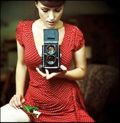 red polka dot dress + old camera = Robert Smith, Girls With Cameras, Red Polka Dot Dress, Polka Dots, Red Dots, Look Retro, Look Thinner, Vintage Cameras, Female Photographers