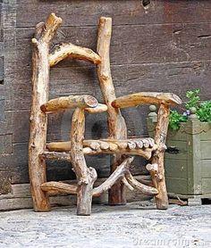 [F]木の枝で制作された椅子。写真からも年季が伝わってくる。三鷹にあるジブリ美術館で類似品を見た思い出がある。