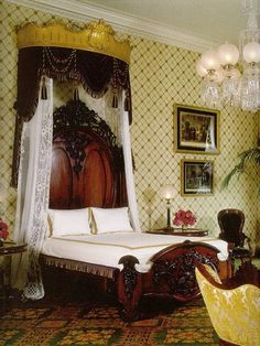 White house Canopy bed ciel de lit in gold Victorian Bedroom, Victorian Interiors, Victorian Furniture, Victorian Decor, Victorian Homes, Victorian Era, Antique Bedrooms, Antique Beds, Vintage Furniture