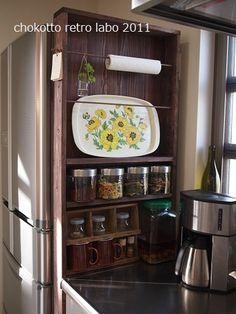 冷蔵庫と流し台の間、細い部分にすっぽり入る棚。キッチンには細かいモノも多いので、案外こういう奥行きの狭い棚の方が「奥に入って見つからない」ということがなくて便利かも。