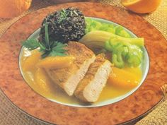 Putenschnitzel auf Orangensauce … 4 Putenschnitzel, Salz, Pfeffer aus der Mühle, Currypulver, 200 g Staudensellerie, 200 g Fenchel, 1/8 I Instant-Gemüsebrühe, 2 EL Olivenöl, 2 Orangen, 100 ml…