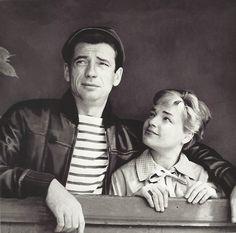 Le couple Yves Montand-Simone Signoret à la fenêtre de leur appartement place Dauphine, Paris, 1951