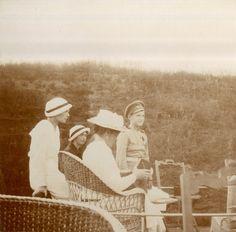 Empress Alexandra Feodorovna (centro) com seus filhos a partir da esquerda: Grand Duchesses Tatiana Nikolaevna e Olga Nikolaevna e Tsarevich Alexei Nikolaevich, no Dnieper em 1916.