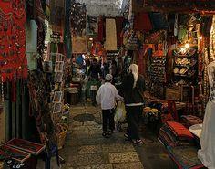 Bazar musulmán en Jerusalén. La estética del bazar musulmán conserva la magia de los siglos XVI, XVII, y se conservan las formas arquitectónicas de antaño.