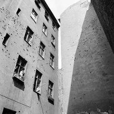"""Hinterhof, West-Berlin, 1960er Jahre """" Fotograf Heinrich Kuhn bekam damals vom Senat den Auftrag, die zum Abriss vorgesehenen Straßenzüge vor ihrem Verschwinden im Bild zu dokumentieren."""