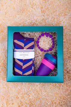 Balíček pro dámy plný luxusu a komfortu, který udělá radost nejen pod vánočním stromkem. Uvnitř najdete dva páry ponožek Tommy Hilfiger v moderních odstínech, šikovný termohrneček Keep Cup Six ve stejných barvách, a jako zlatý (nebo spíš fialový :) hřeb večera také stylový náramek od značky Ops!Objects. Vykouzlete touto fialovou parádou úsměv na tváři vašim nejbližším! ♥ #differentcz #tommyhilfiger #vanocnidarkyprozeny #vanocnidarky Tommy Hilfiger, Objects, Frame, Gifts, Women, Decor, Love, Picture Frame, Presents