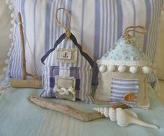 Cutiepie beach huts from fabric scraps. Could even be used for a tooth fairy pillow if you make the door a pocket. Beach Crafts, Summer Crafts, Diy And Crafts, Arts And Crafts, Deco Marine, Craft Projects, Sewing Projects, Lavender Bags, Fabric Houses