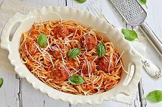 Nagggyon finom! A húsgombóckákat megpirítjuk, majd egy fűszeres, édeskés, hagymás paradicsommártásba belefőzzük, forró spagetti tésztával tálaljuk. Kell ennél több a spagettirajongóknak? A mérce a szo