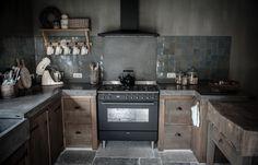 Handgemaakte eikenhouten keuken gecombineerd met betonnen blad en antraciet #Smeg #fornuis DS96MFA7. (foto: huisjekijken.com)