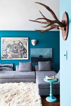 Great dark blue wall color. So daring but it's pulled off here.