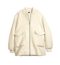 Un manteau feutré: Bomber en laine mélangée feutrée avec poches à rabat, H&M, 129€.