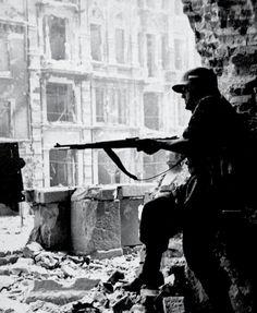itsjohnsen:  An underground fighter looks out during the Warsaw Uprising, 1944. Muzeum Niepodległości
