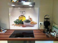 Unsere Küchennischen bestehen übrigens aus 4 mm starkem, umweltfreundlichem Verbundmaterial. Das macht den Spritzschutz hitzebeständig, kratz- und wasserfest. Ein Muss für jede Küche!