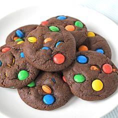 Zachte M&M chocoladekoeken die je doen denken aan de klassieke Amerikaanse chocolate chip cookies. Dit lekkere recept is eenvoudig en snel te maken.
