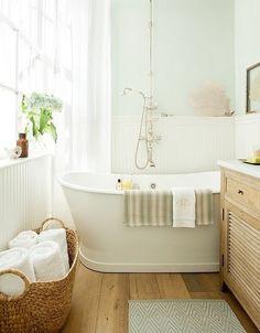 Waarom altijd maar weer de baddoeken netjes opvouwen? Ik neem gewoon een grote rieten mand, en daar gooi ik alle schone handdoeken in. Lekker makkelijk!