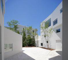 hiroyuki arima arranges all-white fukuoka residence around an external courtyard