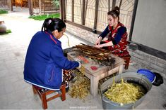 5 underrated places in Samarkand / 5 unterschätzte Orte in Samarkand Paper Factory, Places, Ethnic Recipes, Wood, People, Handmade, Lugares, Hand Made, Woodwind Instrument