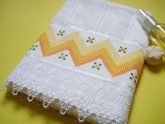Toalha de rosto aveludada branca  - 85% algodão  - bordada em ponto Médici  - acabamento com guipir