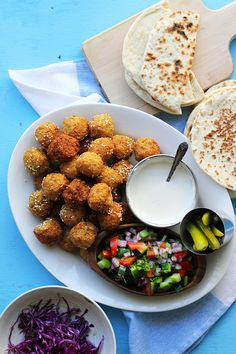 Falafel Pita [Street Food Monday] - vegan with vegan yogurt Pita Recipes, Raw Vegan Recipes, Healthy Eating Recipes, Vegetarian Recipes, Cooking Recipes, Falafel Pita, Pub Food, Turkish Recipes, Snacks