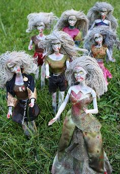 """I am so digging these trash to halloween treasure zombie barbies from Crafts by Amanda! """"I had this idea for Barbie zombies in my head for a while, all I needed were the unsuspecting Barbies … Zombie Barbie, Barbie Halloween, Zombie Dolls, Scary Dolls, Halloween 2019, Holidays Halloween, Halloween Party, Creepy Halloween, Asylum Halloween"""