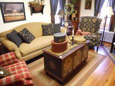 Perfect little living room Primitive Living Room, Primitive Country Homes, Primitive Furniture, Country Furniture, Primitive Quilts, Prim Decor, Country Decor, Country Living, Primitive Decorations
