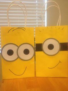 Bolsas de papel amarillas personalizadas como Minions para recordatorios. #FiestasInfantiles