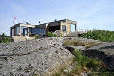 I et vakkert naturlandskap lengst sør på halvøya Tjøme troner en moderne hytte med et lunt uttrykk.