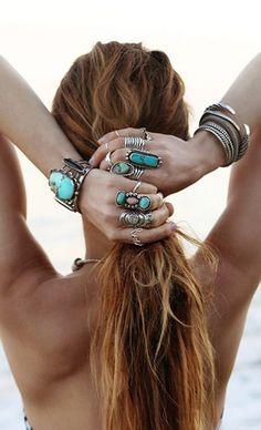 Impossible de louper cette tendance : le style hippie chic débarque dans nos placards pour l'été. Repérée à Coachella, cette mode nous permet des folies côté bijoux...