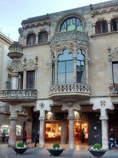 Casa modernista en plaza del ayuntamiento de Reus (Tarragona)